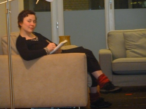 Die eine Zeichnerin von dem vortragenden Schreiber fotografiert, während sie ihn zeichnet.